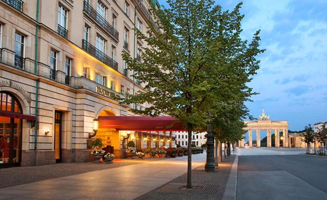ベルリンのホテル アドロン ケンピンスキのエントランスとブランデンブルグ門