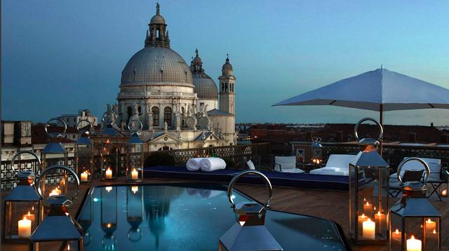 ヴェネツィア・グリッティ パレスの屋上プールから見るヴェネツィアの街の風景