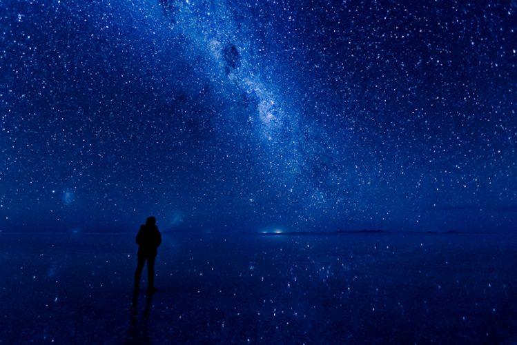 アタカマ塩原に映る夜の星空