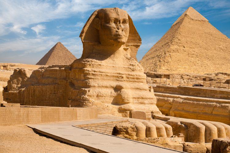 スフィンクスと背後にそびえ立つピラミッド