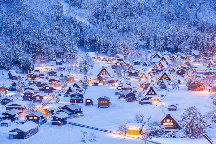 冬の白川郷の幻想的な風景