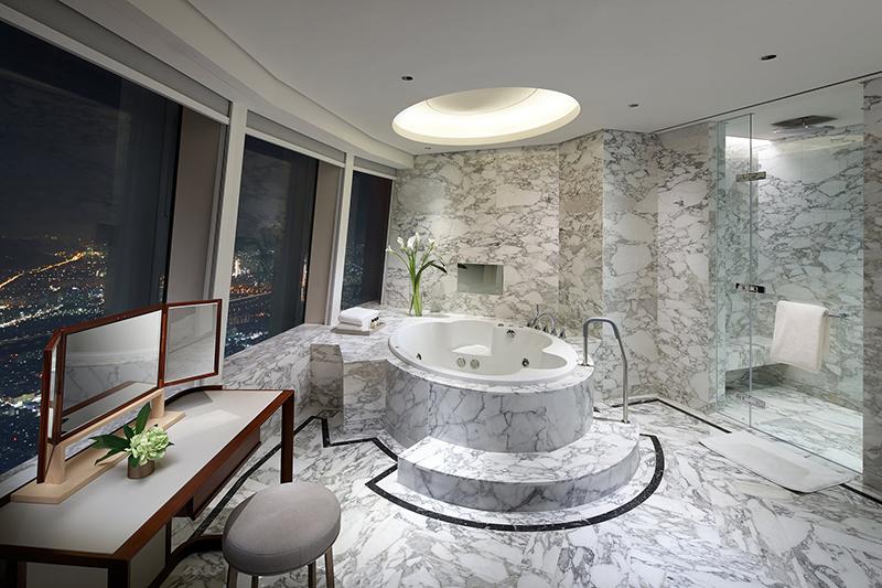 シグニエル ソウルのロイヤルスイートの大理石浴室