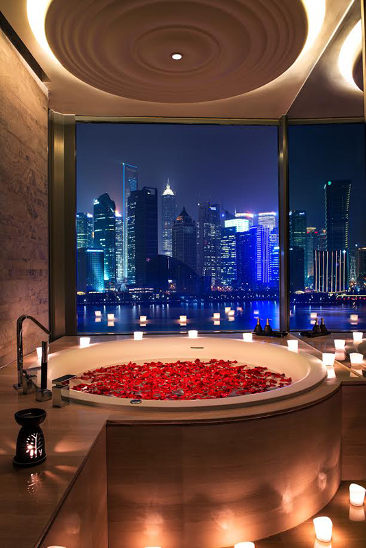 バンヤン ツリー シャンハイ オン ザ バンドの浴室から見る上海の夜景