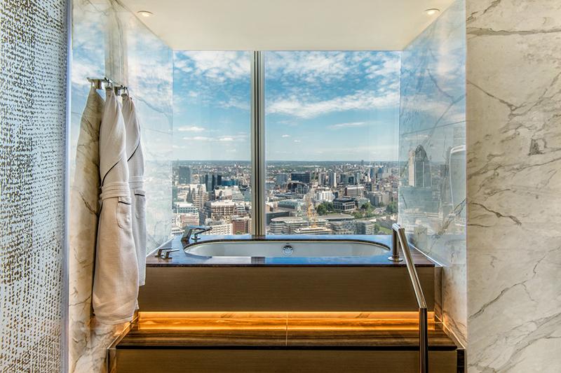 ロンドンのスカイラインが一望できるシャングリラ ホテル アット ザ シャード アイコニック シャード スイートの浴室