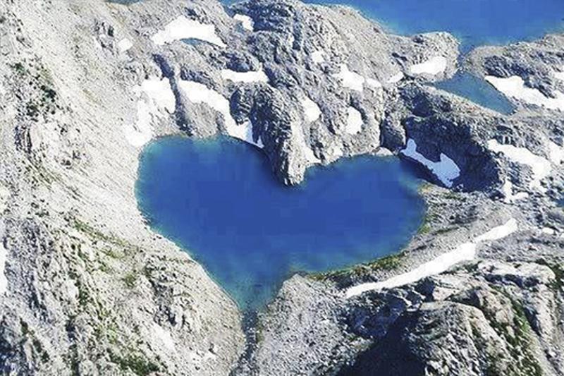 パキスタン・フンザ渓谷にあるハート型のシムシャール湖