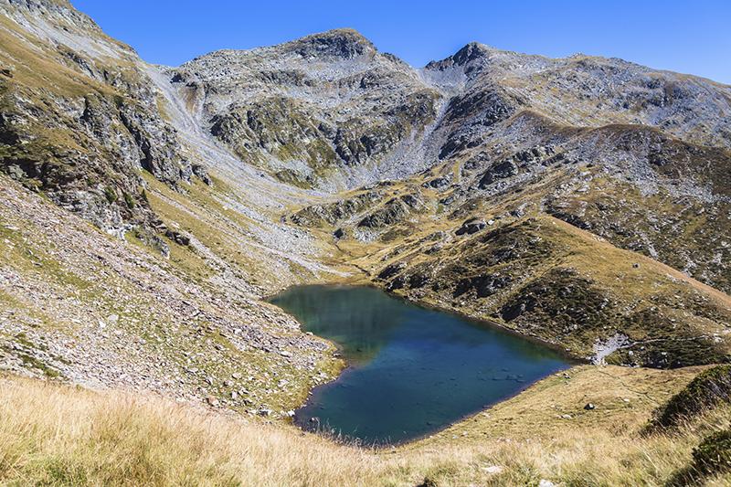 スイス・グラウビュンデン州にあるハート型のカルヴァレスク湖