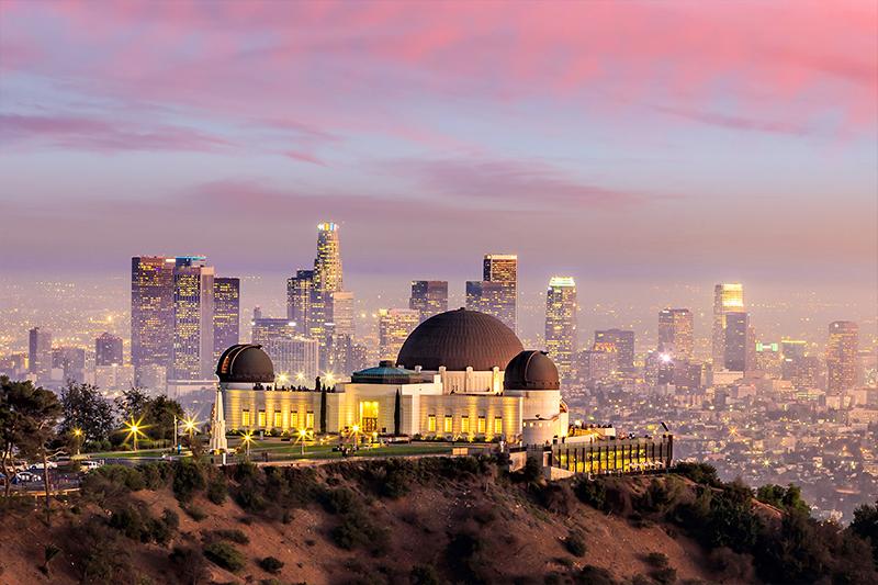 ロサンゼルスのダウンタウンを臨むグリフィス天文台