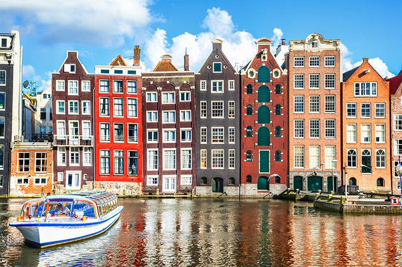 オランダ・アムステルダム 運河沿いに並ぶ色とりどりの建物