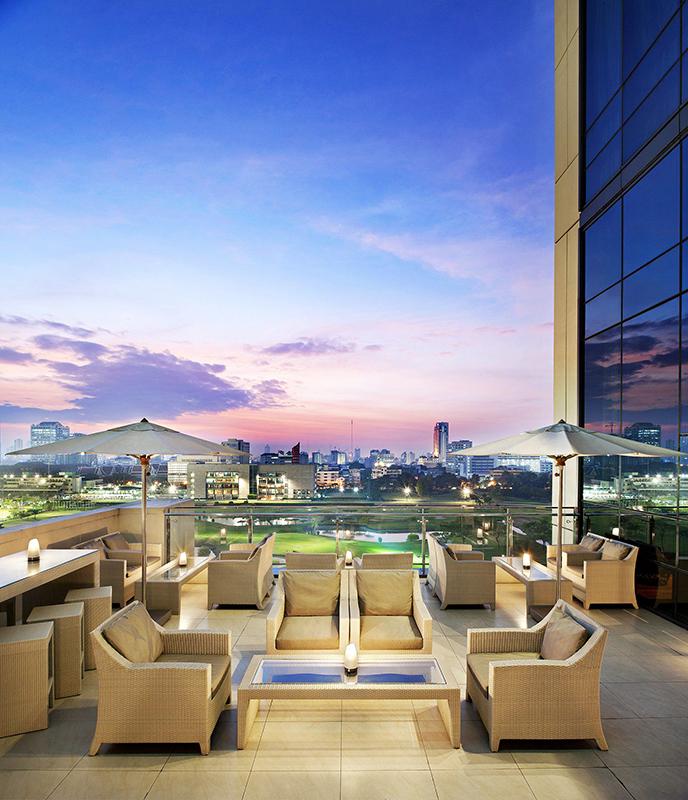 ザ セント レジス バンコク「ザ セント レジス バー」のテラス席から望むバンコクの街の景色