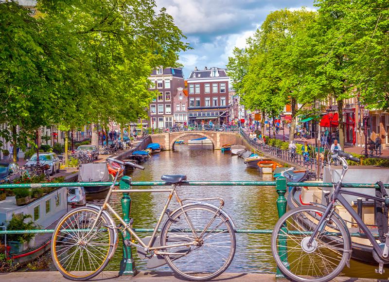 オランダ アムステルダム 運河沿いの街並み