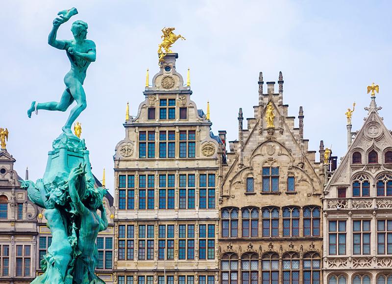 ベルギー ブリュッセルの旧市街と青銅像