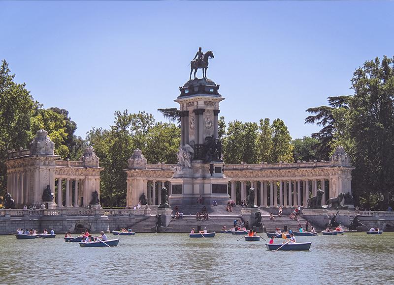 マドリードの庭園とボート乗りを楽しむ人々