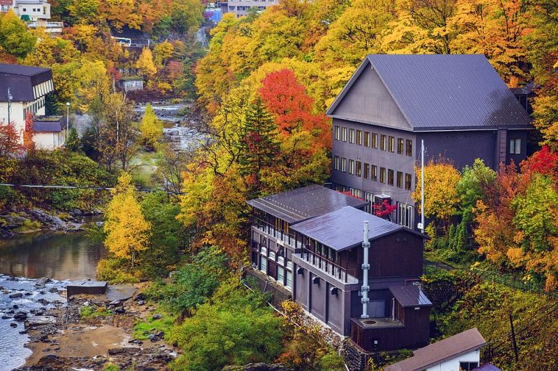今年おすすめの日本の絶景紅葉名所8選 - 北海道・定山渓