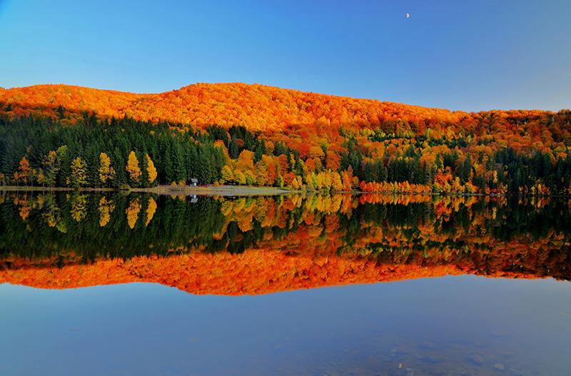 この秋絶対に訪れたい世界の紅葉名所10選 - スフンタ・アナ湖、ルーマニア
