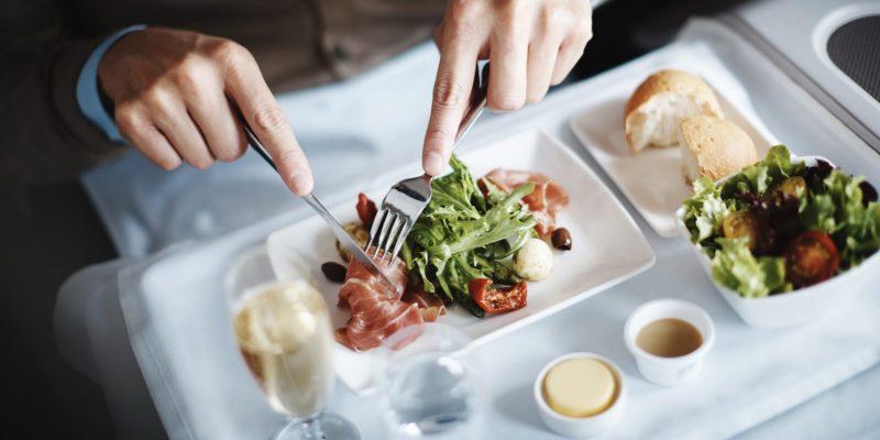 長距離フライトでゴージャスに味わう本格グルメ!機内食が美味しい世界の人気エアライン5選