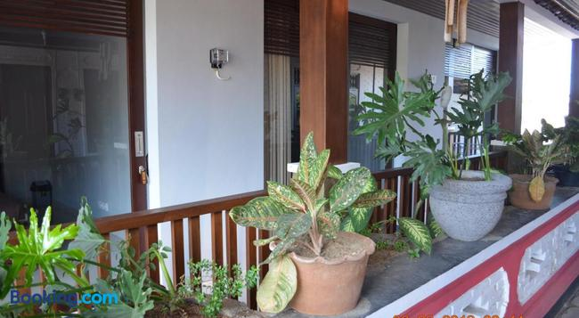 Radha Home Stay - サヌール - 建物