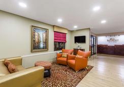 Baymont Inn & Suites Savannah/Garden City - サバンナ - ロビー