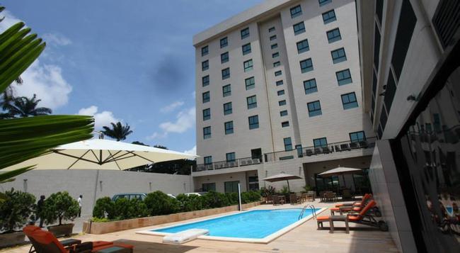Star Land Hotel - ドゥアラ - 建物