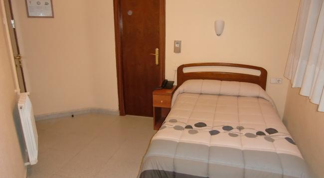 オスタル サンズ - バルセロナ - 寝室