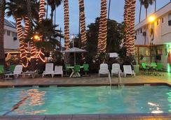 ロサンゼルス アドベンチャラー オール スイート ホテル - イングルウッド - プール