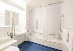 Travelodge Sheffield Richmond - シェフィールド - 浴室