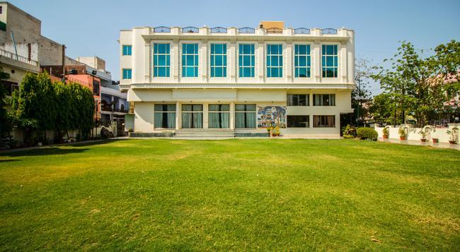 Suruchi Hotel - Gwalior - 建物