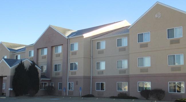 Baymont Inn & Suites Salina - Salina - 建物
