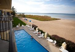 Pointes North Beachfront Hotel - トラバースシティ - ビーチ