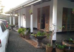 White Guest - Anuradhapura - 屋外の景色