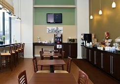 スリープ イン & スイーツ ダウンタウン インナー ハーバー - ボルティモア - レストラン