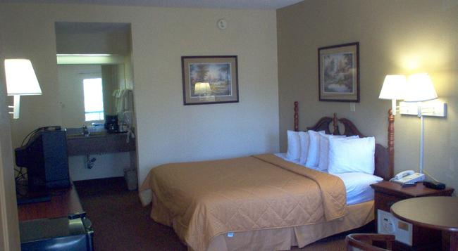 Days Inn & Suites Savannah Midtown - サバンナ - 寝室