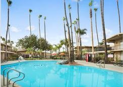 ラマダ サンディエゴ ノース ホテル & カンファレンス センター - サンディエゴ - プール