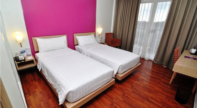 クエスト ホテル スマラン - Semarang - 寝室