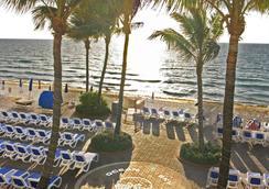 Ocean Sky Hotel and Resort - フォート・ローダーデール - ビーチ
