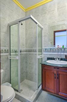 カステジャーナ レアル - カリ - 浴室