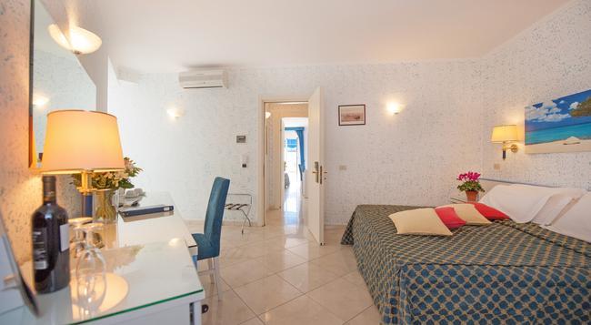 ホテル ウェーバー アンバサダー - Capri - 寝室