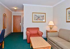 Magnuson Grand Pioneer Inn And Suites - Escanaba - 寝室