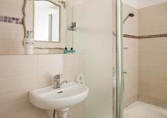 Central Hotel - テル・アビブ - 浴室