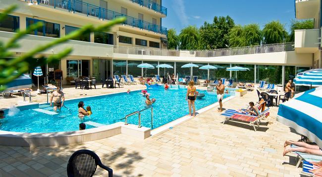 Hotel Miami - イェーゾロ - プール