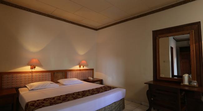 RedDoorz Near Seminyak Beach - デンパサール - 寝室