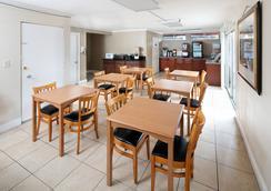 Red Lion Inn & Suites Sacramento Midtown - サクラメント - レストラン