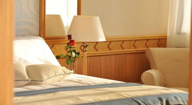 コンスタンチノ ブロス スイーツ ホテル - パフォス - 寝室