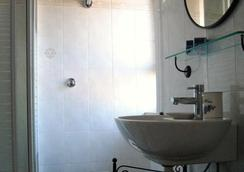 メトロポリス ルームズ&サービシズ - フィウミチーノ - 浴室