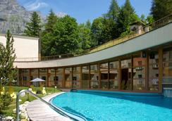 Thermalhotels & Walliser Alpentherme Leukerbad - ロイカバード - プール