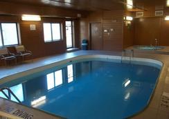 Baymont Inn & Suites Waterloo - Waterloo - プール