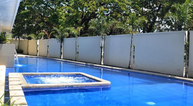 スービック ベイ ベネチア ホテル - オロンガポ - プール