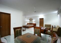 Aapno Ghar Resort - グルガウン - ダイニングルーム