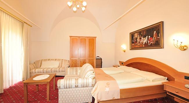 Hotel Goldener Brunnen - クラーゲンフルト - 寝室