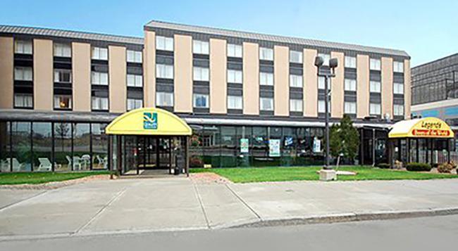 クオリティ ホテル & スイーツ アット ザ フォールズ - ナイアガラ・フォールズ - 建物