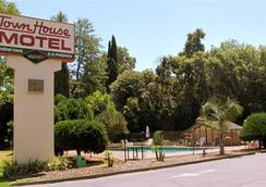 Town House Motel Chico - チコ - 屋外の景色